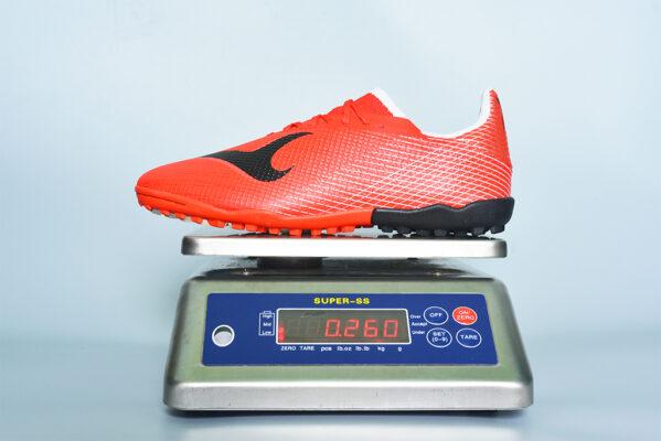Hình ảnh cân trọng lượng thực tế 1 chiếc giày Xfaster